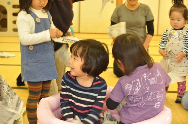 新聞遊び2、くるみっこ、岡山、美作、梶並、自主保育、保育、幼稚園、子育て、自然、遊び、プレーパーク