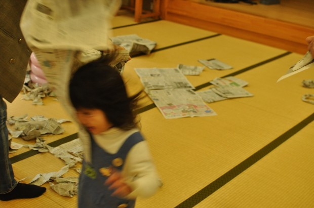 新聞遊び3、くるみっこ、岡山、美作、梶並、自主保育、保育、幼稚園、子育て、自然、遊び、プレーパーク