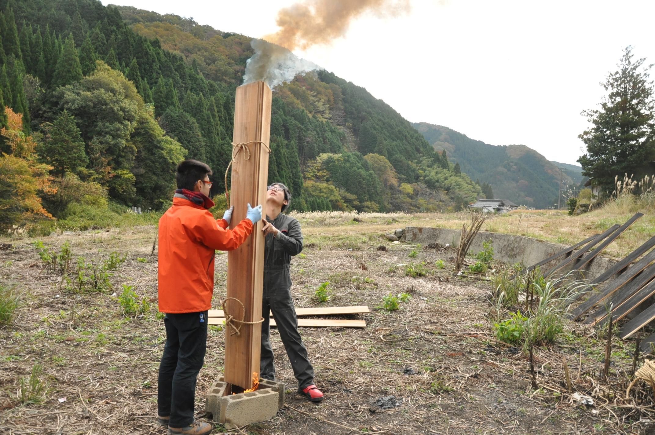 築200年の古民家、焼杉板を焼く!!|古民家再生DIY|煙