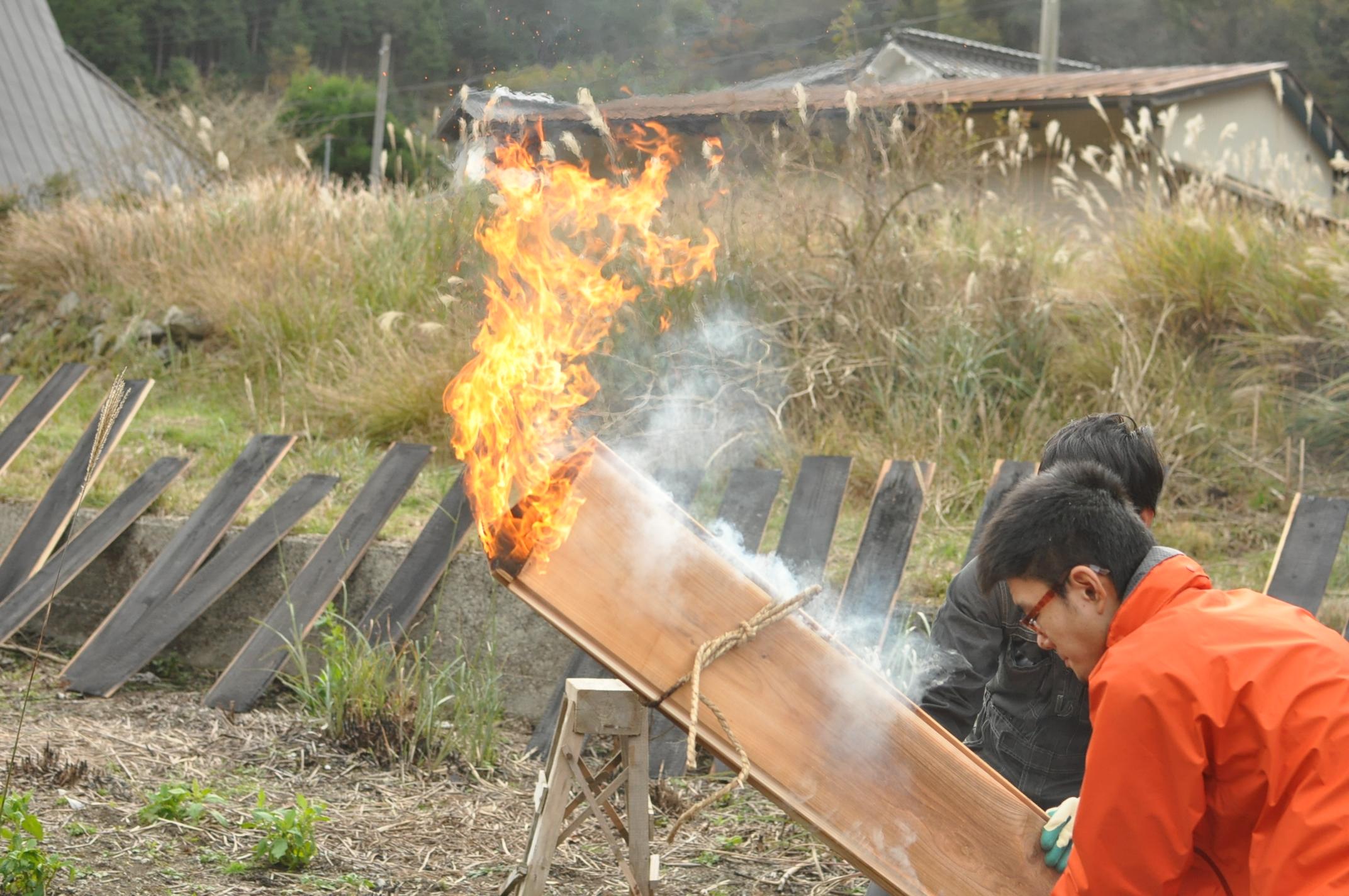 築200年の古民家、焼杉板を焼く!!|古民家再生DIY|倒す2