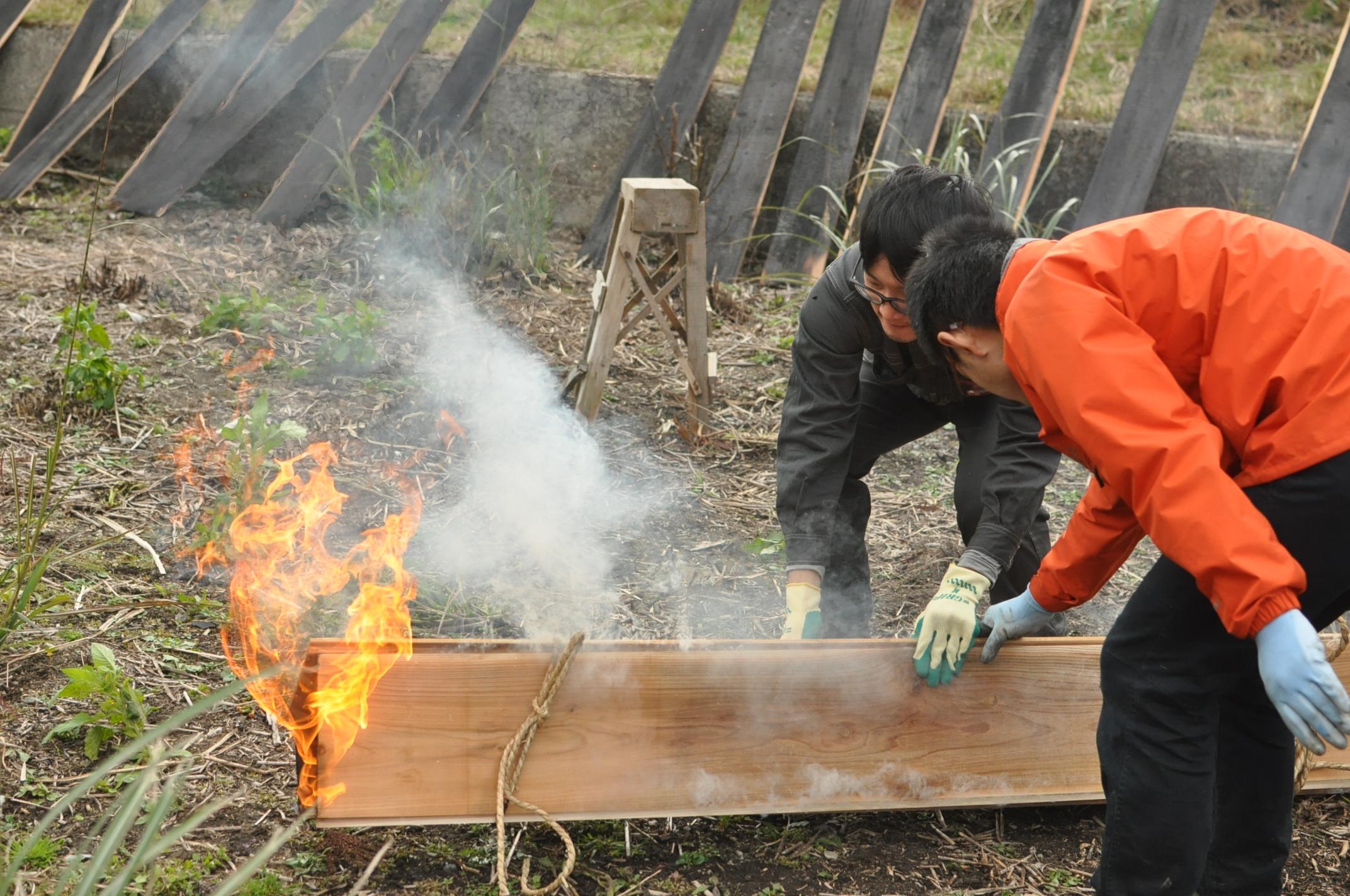 築200年の古民家、焼杉板を焼く!!|古民家再生DIY|倒す