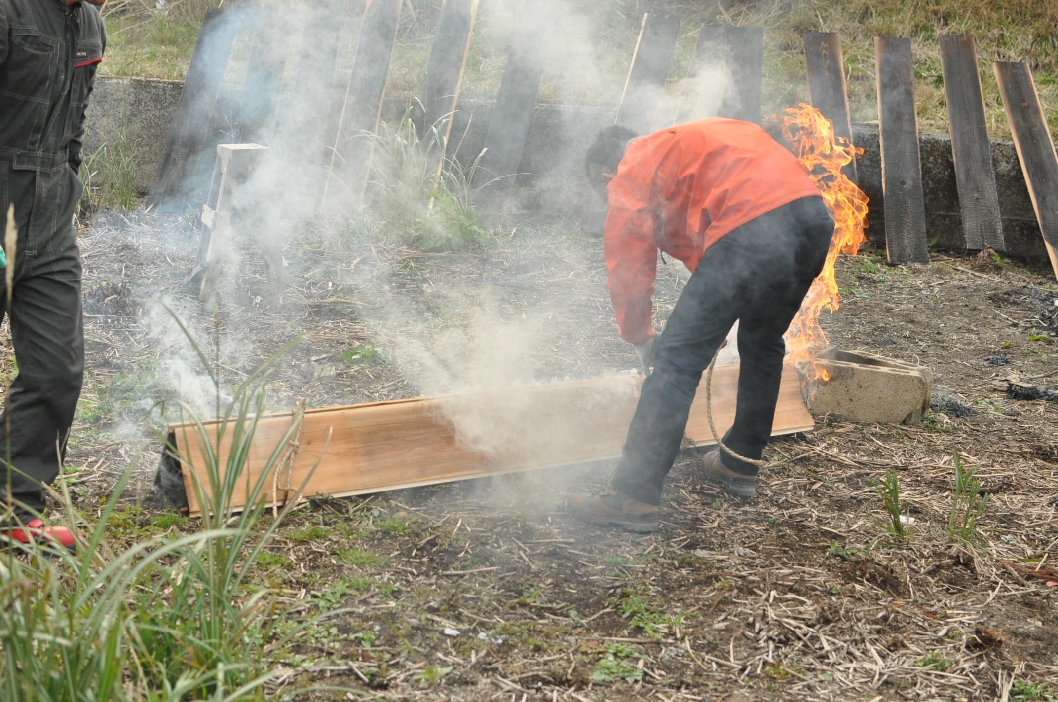 築200年の古民家、焼杉板を焼く!!|古民家再生DIY|ほどく